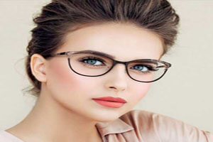 چه کنیم آرایش چشم زیر عینک زیباتر جلوه کند؟