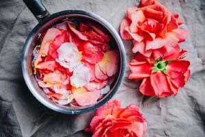 پوستی درخشان میخواهید؟ عصاره گل رز درست کنید